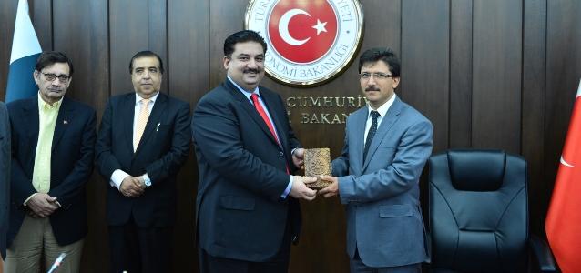 KEK Toplantısına iştirak eden Genel Müdürümüz Selami MERDİN'e Pakistan Ticaret Bakanı Sn.Khurram Dastgir Khan tarafından başarılı çalışmaları nedeniyle  plaket takdim edildi.