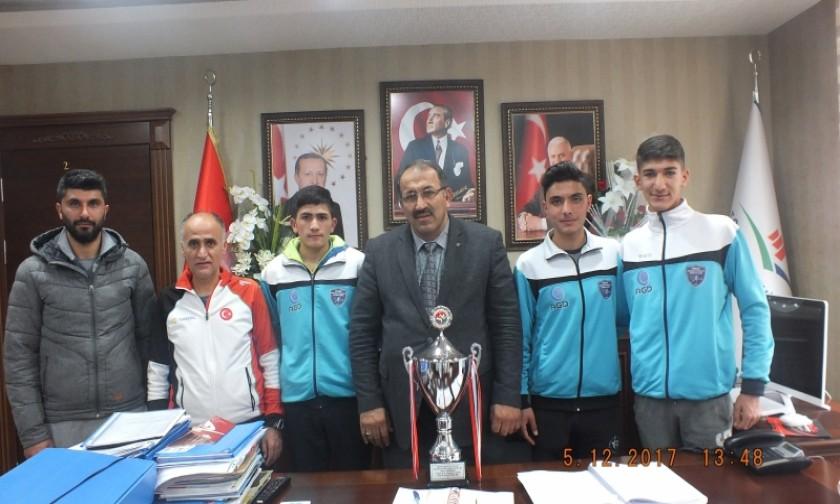 Türkiye 2.'si olan Tokat Anadolu Gençlik Spor Kulubünün Kros Takımın Sporcularından İl Müdürümüzü Ziyaret