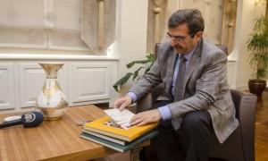 """Bakan GÜLLÜCE'YE """"AA Oradaydı"""" Özel Koleksiyon Baskısı Takdim Edildi"""