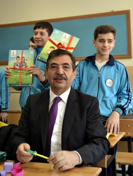 Bakan Güllüce, Esenler'de Geri Dönüşümden Elde Edilen 500 Bin Defterin Dağıtım ve Cevizli Bahçe Kentsel Dönüşüm Konutlarının Temel Atma Törenine Katıldı
