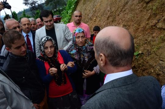 Bakan Bayraktar, Trabzon Yomra'da Sel Felaketine Maruz Kalan Bölgeleri Ziyaret Etti
