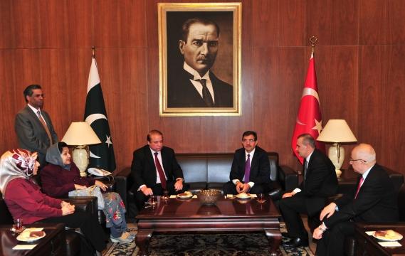 Bakan Güllüce Pakistan Başbakanı Navaz Şerif'i Karşıladı