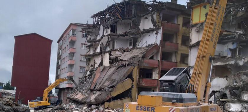 Rize İli, Merkez İlçe, Taşlıdere Mahallesinde Çökme Riski Bulunan Yapıların Yıkımına Başlandı