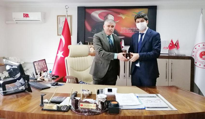 Müdürlüğümüzde Görev Yapan Ve Yeni Çocuk Sahibi Olan Harita Mühendisi Kadircan KAVACIKLI' ya Hediyeleri İl Müdürümüz Ahmet Özkan KAYA' Tarafından Verildi.