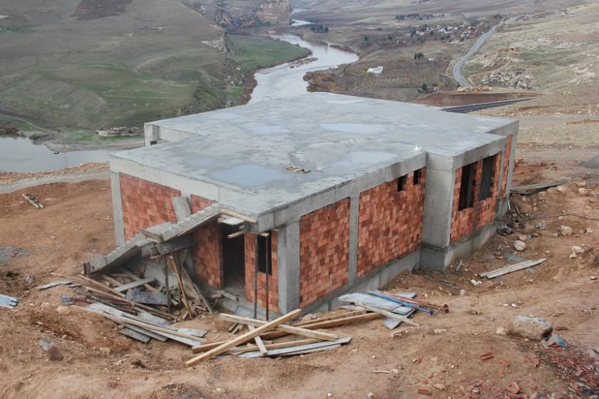 Ilısu Barajından Etkilenen Hasankeyfin Suçeken Köyü Yeni Yerleşim Yerinde Yapılan  Evlerin İnşaatı Hızla Devam ediyor.