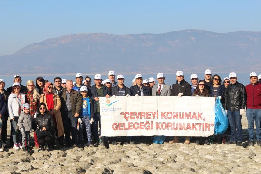 İl Müdürlüğümüz koordinasyonuyla çevre duyarlılığını arttırmak amacıyla Burdur Gölü kenarında Burdur Mesleki,Teknik Anadolu Lisesi öğretmeleri ile İl Müdürlüğümüz personeli ile çöp toplama etkinliği yaptılar