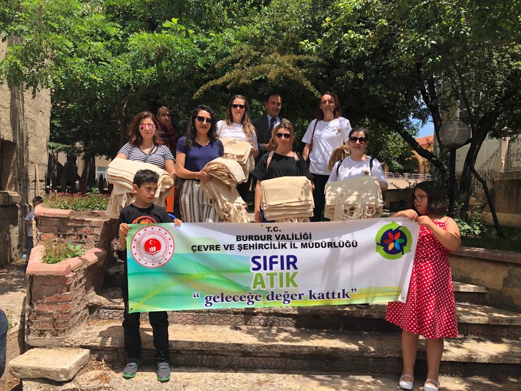 İl Müdürlüğümüz TarafındanCuma Pazarında Bez Torba Dağıtımı Yapıldı