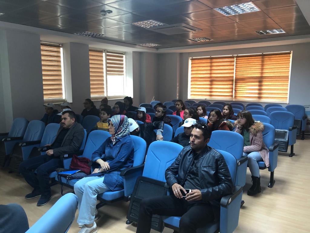 İl Müdürlüğümüze ziyarette bulunan Bucak Hüseyin Türker Ortaokulu öğrencilerine Çevre Eğitimi verildi. Gelen öğrencilere Sıfır Atık Projesi ve Salda Gölü Koruma Faaliyetleri Kapsamında yapılan çalışmalar anlatıldı.