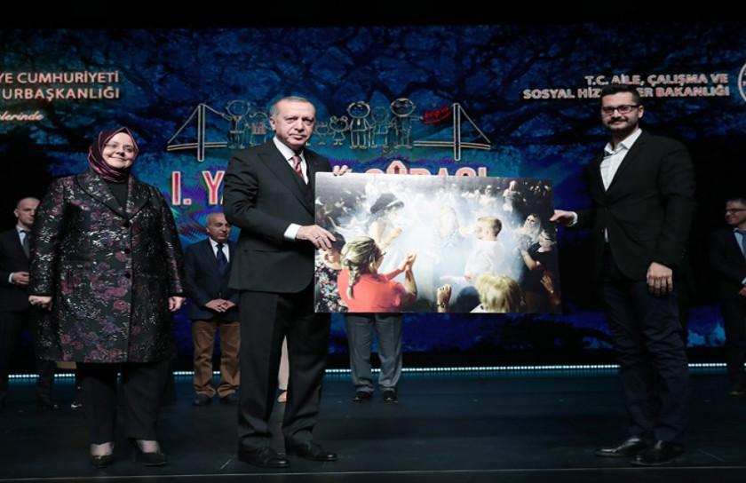 """Müdürlüğümüz personeli Sn. Osman Berker GÜMÜŞ  """"Kuşaklararası Dayanışma"""" temalı fotoğraf yarışmasında 2.lik ödülüne layık görüldü"""