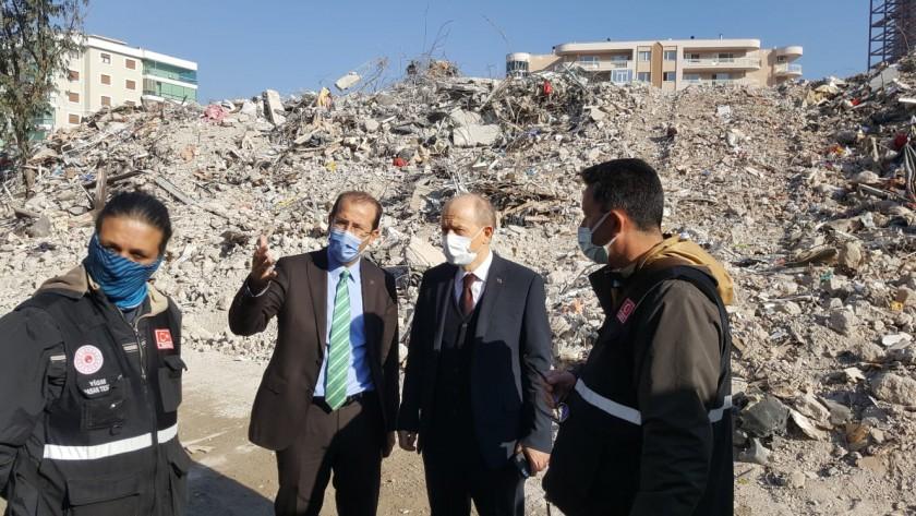 Çevre ve Şehircilik Bakan Yardımcısı Hasan Suver ve İl Müdürümüz Ömer Albayrak, deprem sonrasında ağır hasarlı olan binaların yıkım ve enkaz kaldırma faaliyetlerini yerinde inceledi.