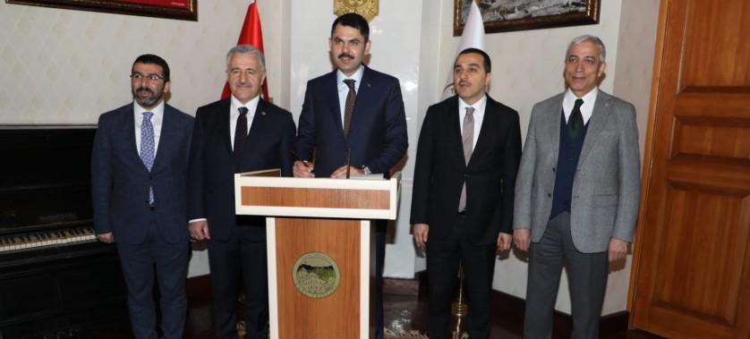 Çevre ve Şehircilik Bakanımız Sayın Murat Kurum, bir dizi ziyaret ve incelemelerde bulunmak için geldiği Kars'ta çeşitli müjdeler verdi