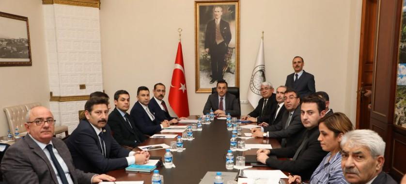 Sayın Valimiz Türker ÖKSÜZ Başkanlığında  Çevre Sorunları, Çevre Kirliliğinin Önlenmesi ve Çevre Kalitesinin İyileştirilmesi konulu bir toplantı düzenlenmiştir.