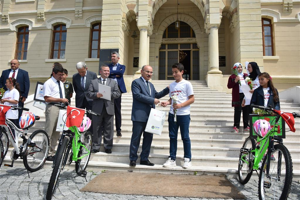 5 Haziran Dünya Çevre Günü Kapsamında Düzenlenen Resim, Kompozisyon ve Şiir Yarışmasında Dereceye Giren Öğrencilere Ödülleri verildi.