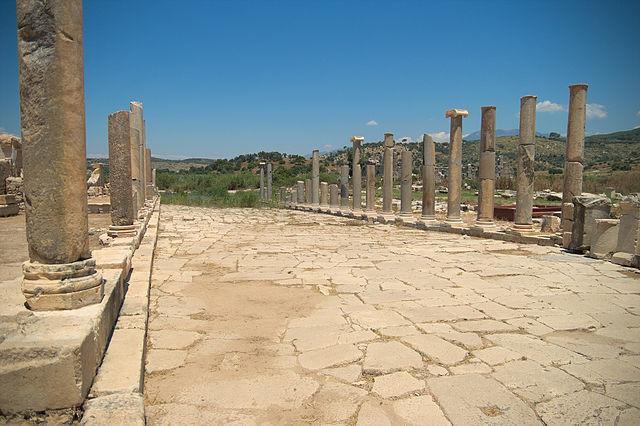 Patara agorası kentin en can alıcı yerlerinden bir tanesidir. Özellikle sütunlu yol büyük oranda geçmişi günümüze taşımaktadır.