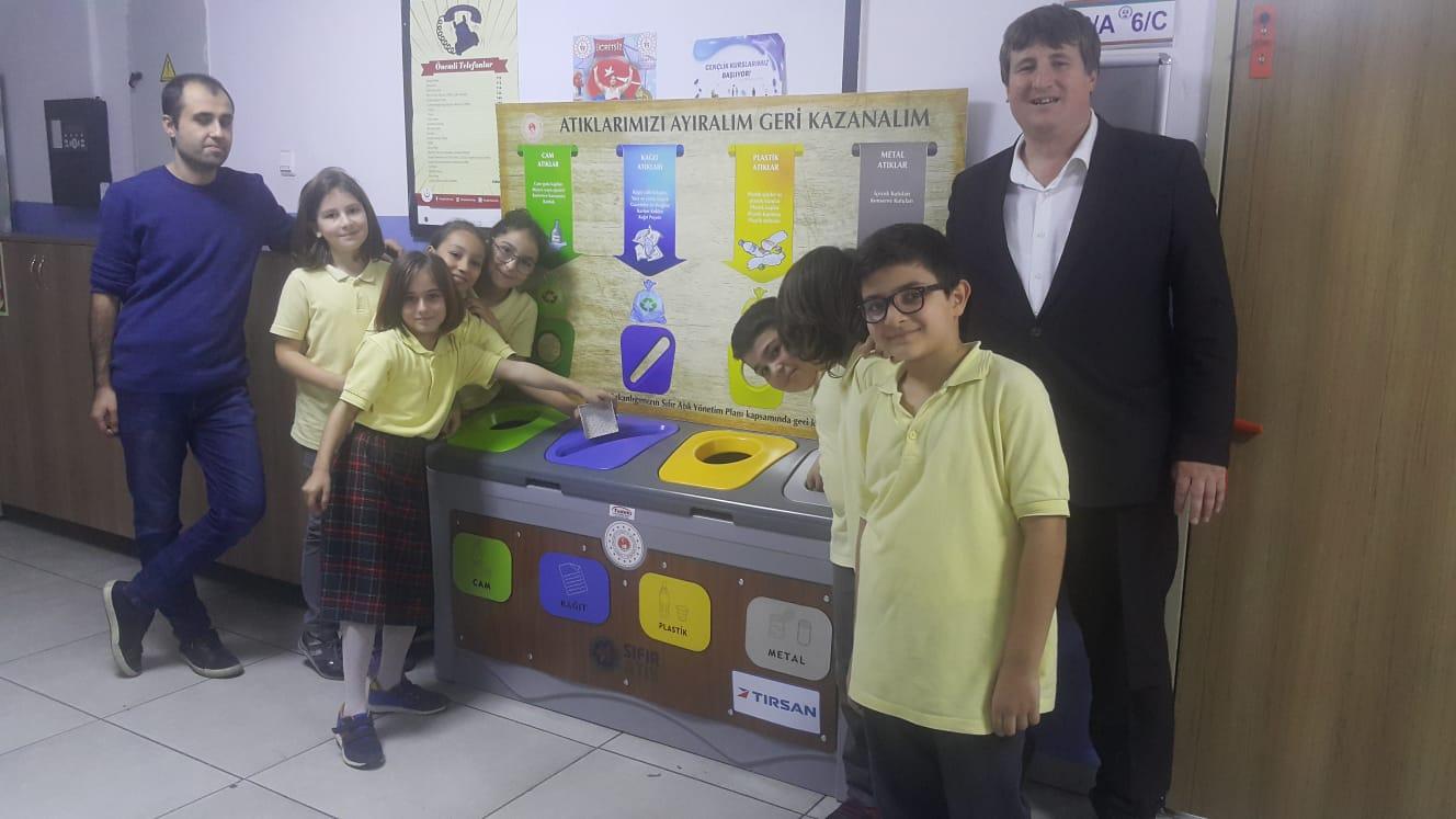 Adapazarı Nuri Bayar OrtaokulundaSıfır Atık Eğitimi ve Sıfır Atık Kumbarası Teslim Töreni