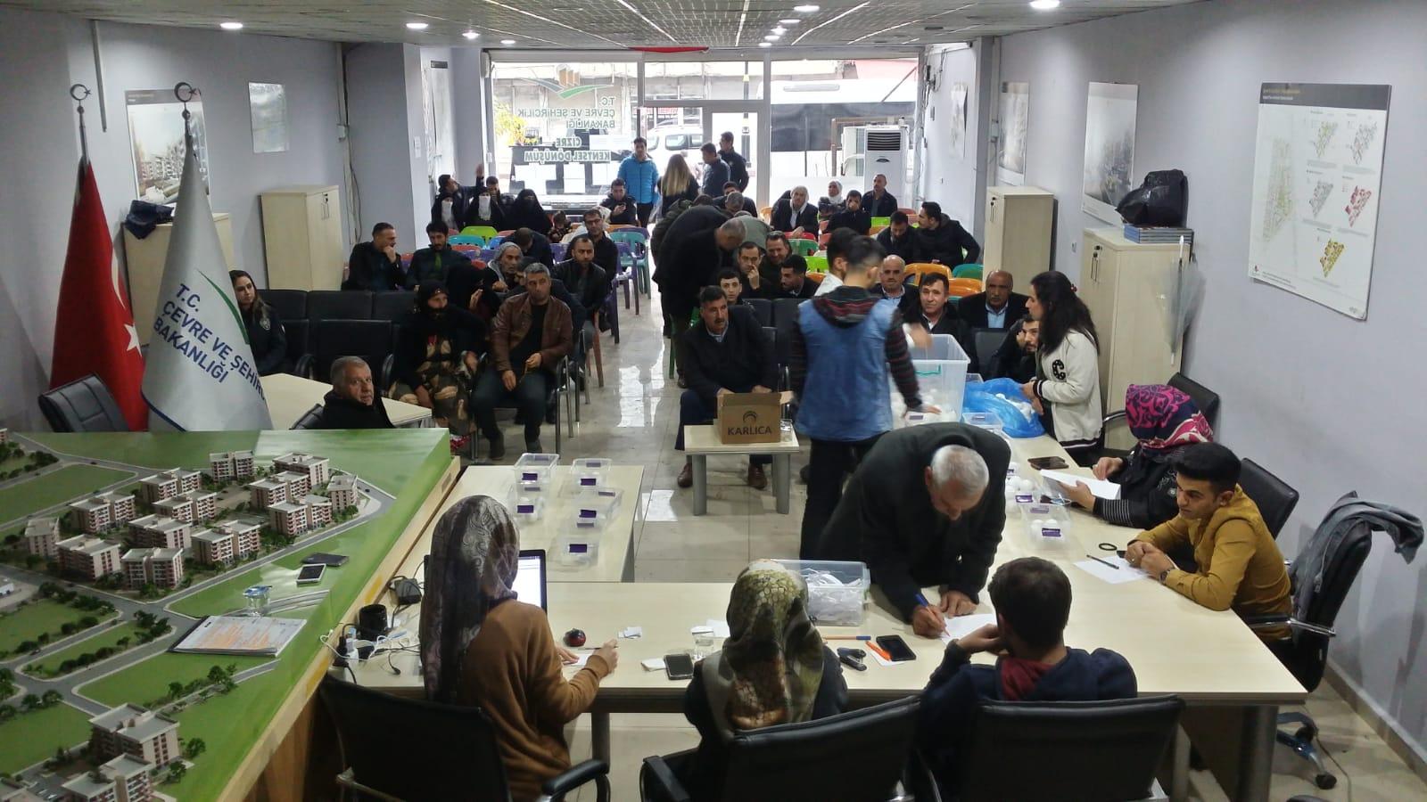 ŞIRNAK ili CİZRE ilçesi Konak Mah. 4. etap 5. Ada için toplamda 207 adet bağımsız bölüm için 134 aileye dağıtmak için noter huzurunda saat  13:00 de Çevre ve Şehirçilik Bakanlığı Cizre irtibat ofisinde kura çekilişi gerçekleştiriliyor.