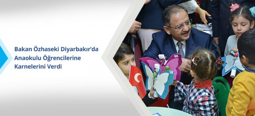 Bakan Özhaseki Diyarbakır'da Anaokulu Öğrencilerine Karnelerini Verdi