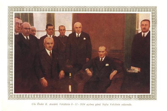 Ulu Önder K.Atatürk Vekeletin 8-11-1934 açılma günü Nafia Vekilinin odasında.