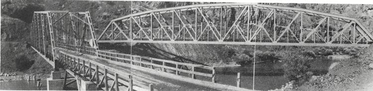 Elazığ-Genç arasındaki demiryolu köprüsü ve inşaatının yapılabilmesi için kurulan servis köprüsü bir arada