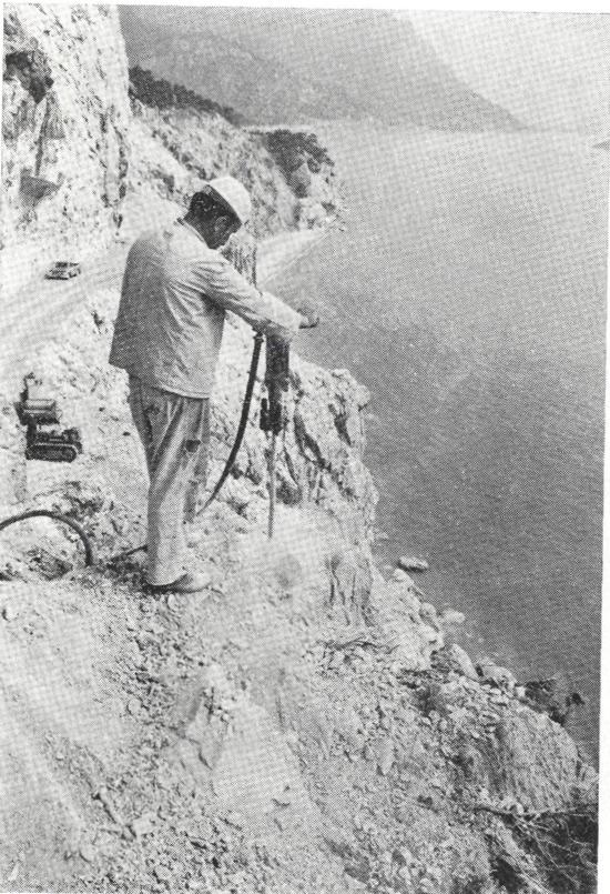 Antaltya-Kemer yolu Akyar Yarımadasında patlayıcı madde ile yapım çalışmaları 1972