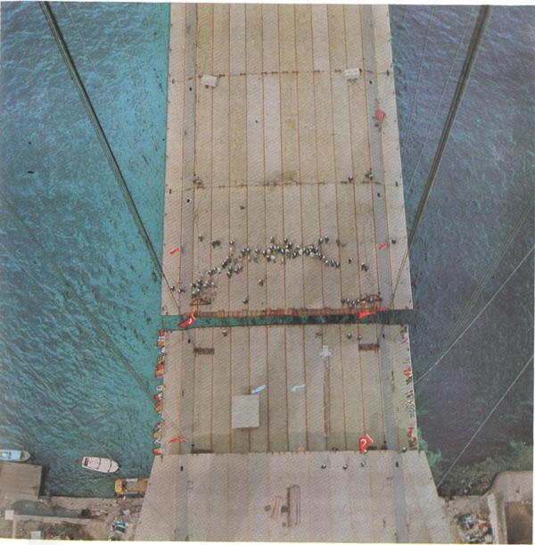 Boğaziçi Köprüsünde son tabliye elemanının yerine konuluşu