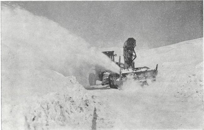 Kar mücadelesinde bir rotatif karı yolun dışına püskürtürken